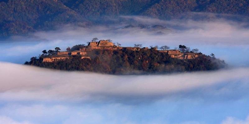 【職場・社員旅行モデルコース】雲海に浮かぶ『天空の城』と名湯城崎温泉1泊2日