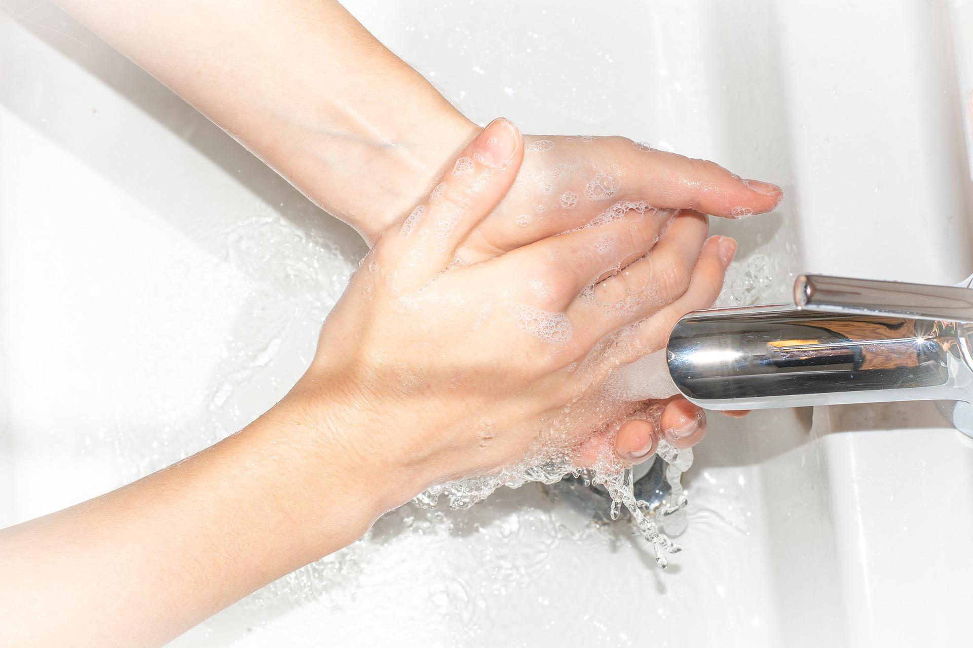 手洗い中の手にフォーカスした画像